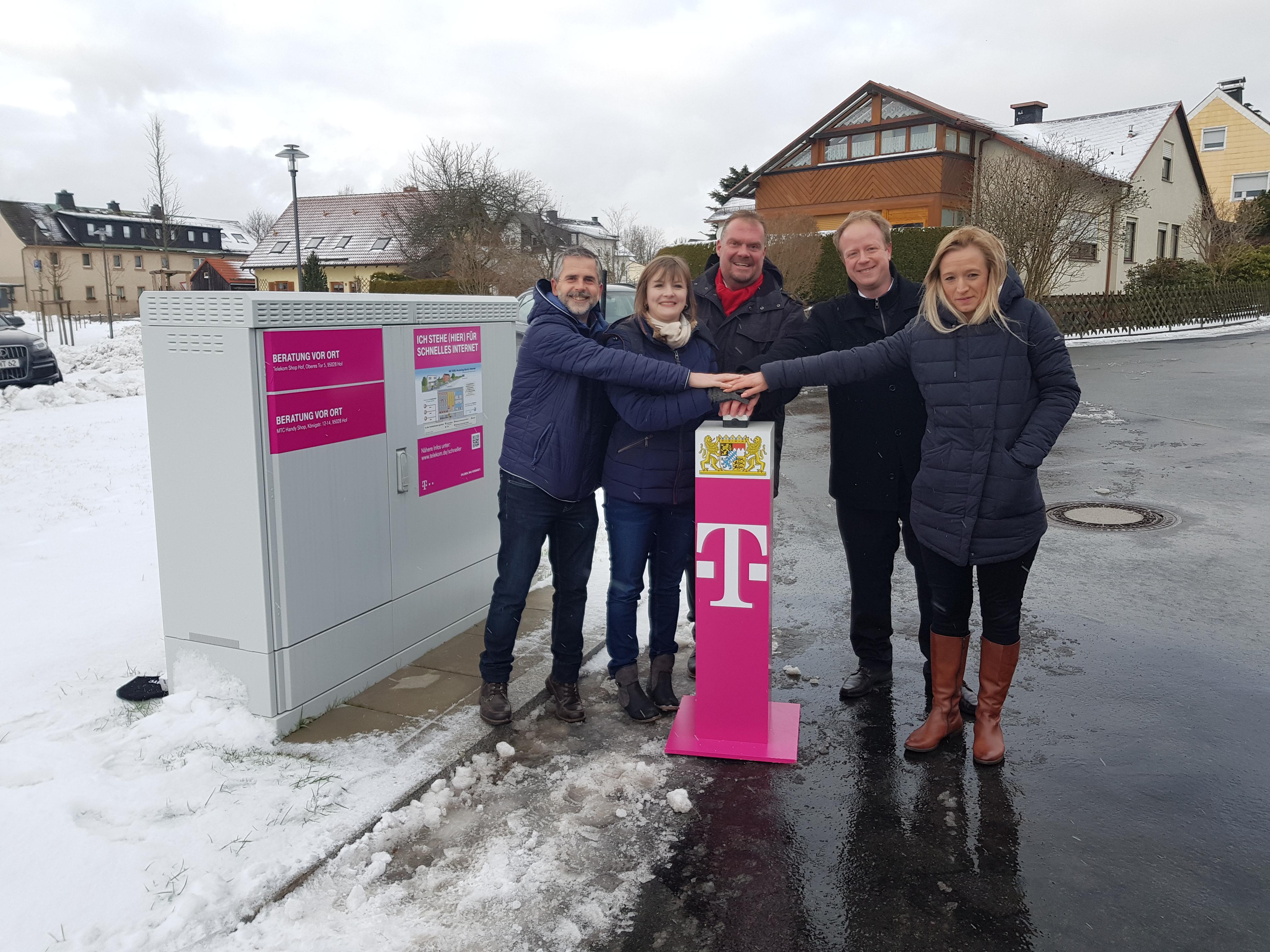 Der symbolische Startknopf für schnelles Internet in Leupoldsgrün und Konradsreuth wird gedrückt.