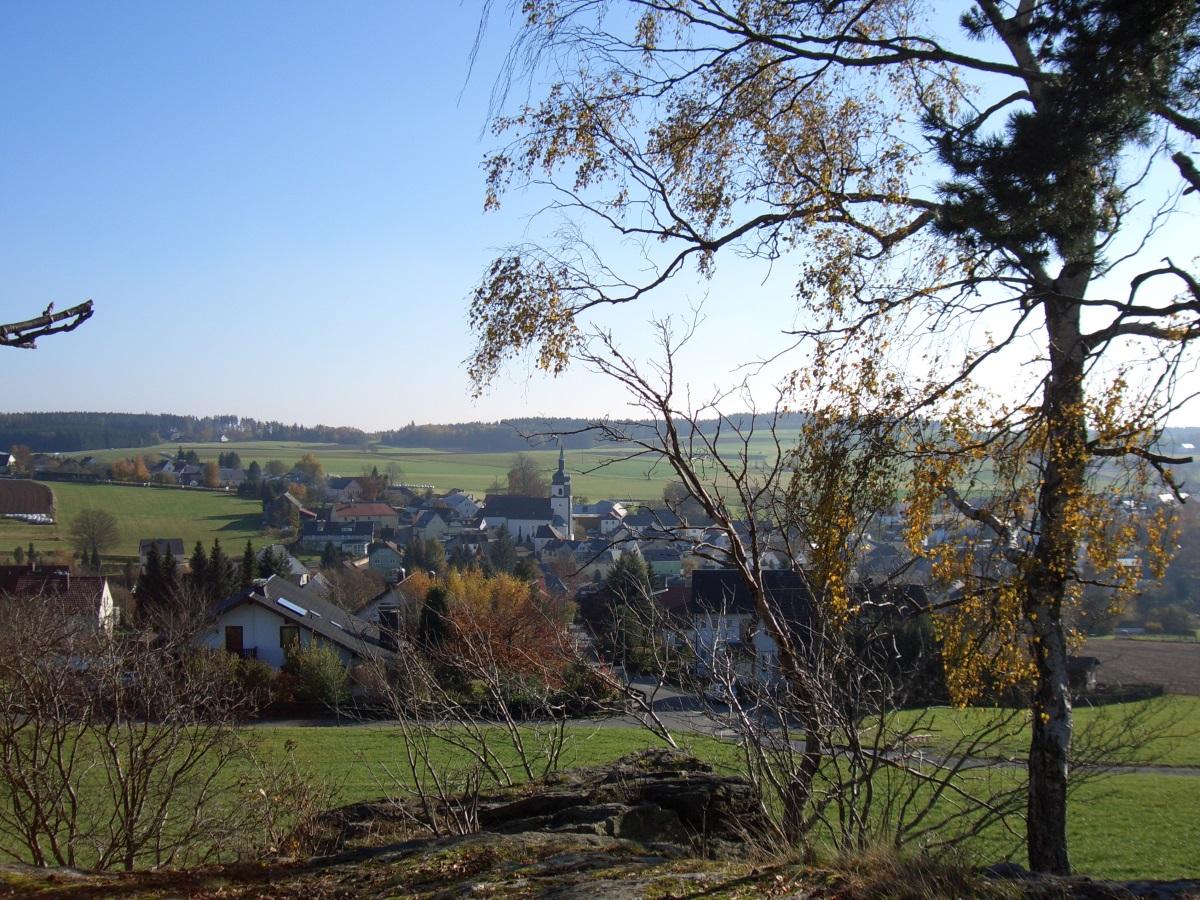 """Blick vom """"Hohen Stein"""" auf die Gemeinde Leupoldsgrün"""