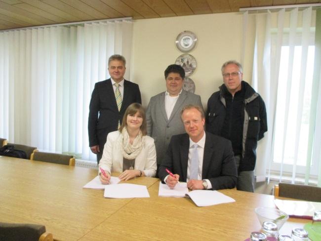 Das Bild zeigt Andreas Rudloff, Friedrich Weinlein und Uwe Klatt von der Deutschen Telekom sowie die 1. Bürgermeisterin Annika Popp und den Breitbandpaten Stefan Dittmar.